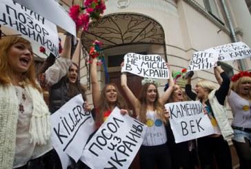 Mübarek karşıtı Femen aktivistleri büyükelçilik önünde, hedef isyancılara destek