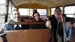 Ukraynalı ninelerden süper şarkı; bisikletim Grand Cherokee, tank gibi geziyorum (video)