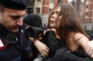 Berlusconi al seggio, contestato da attiviste Femen