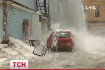 Kiev'de kar  dehşeti, park halindeki araç kullanılamaz hale geldi (VİDEO)