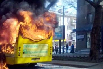 Odesa'da facianın eşiğinden dönüldü, içi yolcu dolu minibüse molotof kokteyli attılar