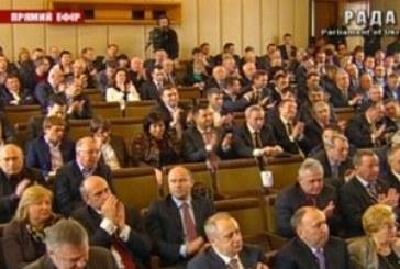 Siyasette görülmemiş olay, kürsü işgalinden bıkan iktidar, parlamentoyu başka bir yerde topladı
