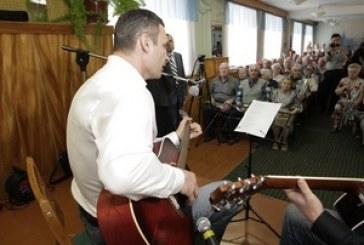 Kliçko gazileri ziyaret etti, gitar çaldı şarkı söyledi (video)