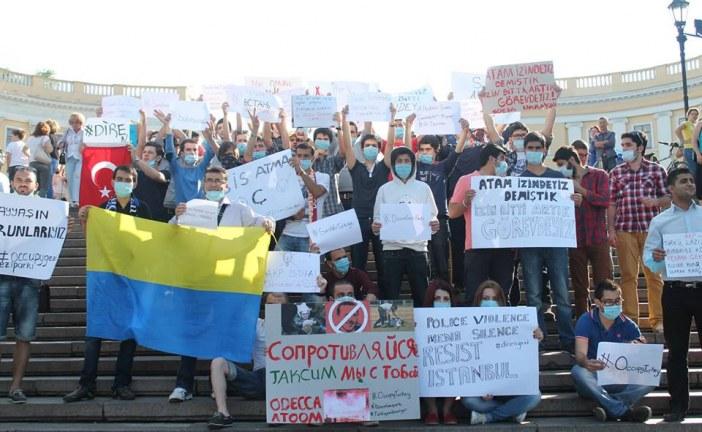 Odesa'daki öğrenciler Potemkin Merdivenleri'nde toplandı