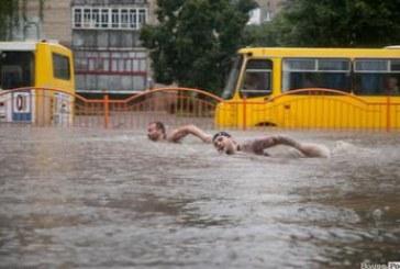 Lutsk'u sel aldı,  yüzüyoruz…