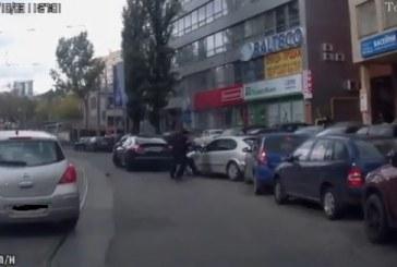 Sokak ortasında silahlı saldırı, 90'lar sanki geri döndü (video)