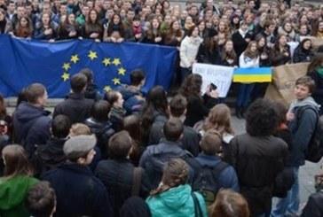 Halk meydanlarda, 10 binler protesto için şehir merkezine yürüdü