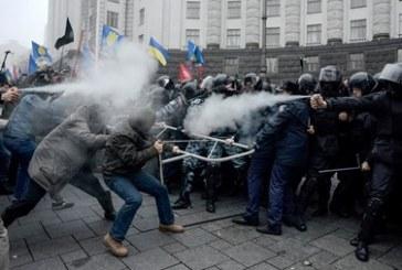 Protestocular hükümet binalarına yöneldi, polis gaz kullanmaya başladı