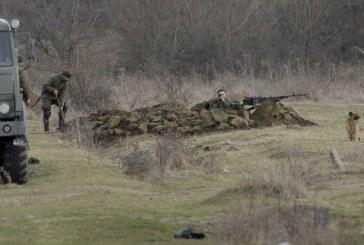 Kırım'da hareketlilik sürüyor, Rus askeri olduğu iddia edilen kişiler siper kazmaya başladı