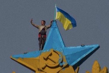 Rusya güne sürprizle uyandı, Moskova'daki tarihi gökdelenin tepesine Ukrayna bayrağı çekildi (video)