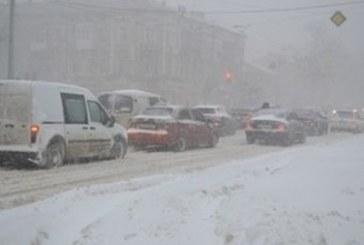 Kar Ukrayna'nın güneyini esir adlı, ulaşım durma noktasında