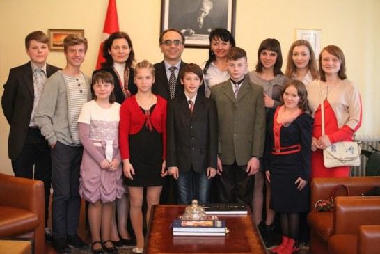 Büyükelçi Yönet Can Tezel Ukraynalı çocuklarla buluştu