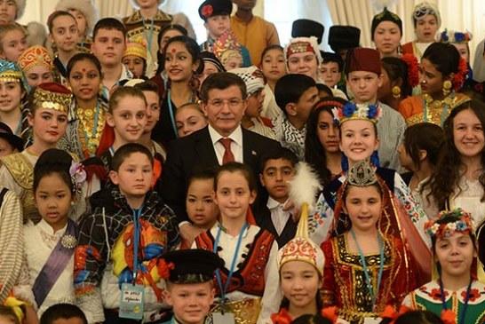 Davutoğlu, Ukraynalı çocukları Başbakanlık Köşkü'nde kabul etti