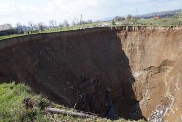 Zakarpatska'da obruk paniği; köye birkaç yüz metrede oluşan dev çukur korku yarattı