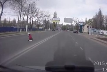 Yolcu düştü sürücü fark etmedi, Odesa'dan şok görüntüler (Video)