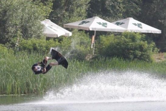 'Uçan' başkandan kayak şov, 44 yaşındaki belediye başkanı usta kayakçılara taş çıkarttı