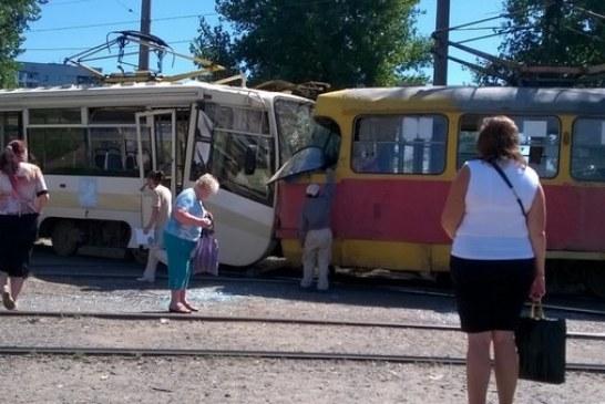 Foto hayat, Harkov'da tramvaylar çarpıştı 15 kişi yaralandı
