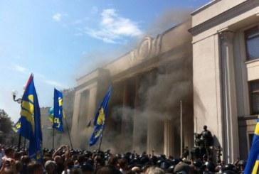 Ukrayna'da 'özel statü' oylaması; parlamento önünde olaylar çıktı