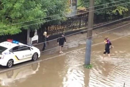 Lviv polisinden örnek davranış, mahsur kalan minibüsteki yolcuları sırtlarında taşıdılar (video)