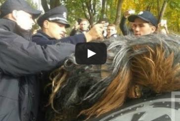 Ukrayna'da renkli seçim, polis Star Wars filminden Chewbacca'yı gözaltına aldı
