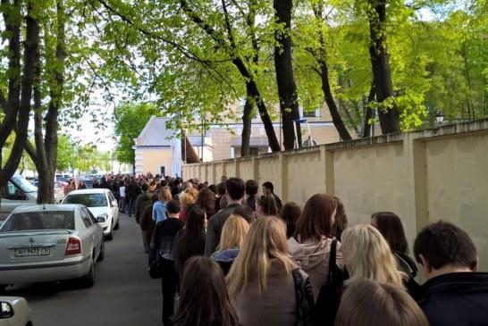Bir Ukrayna klasiği, binlerce kişi kitap fuarı için kuyruğa girdi