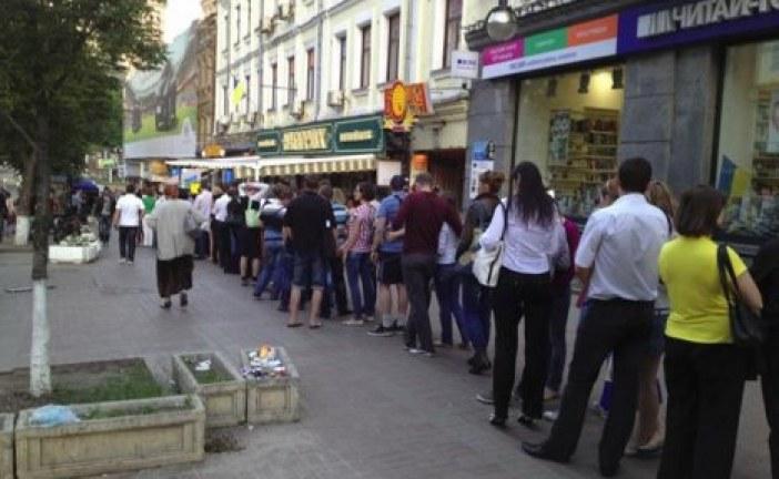 Ukrayna işi 'hot dog', SSCB'nin ilk 'fast food'u; Kiev'deki bu kuyruk hiç bitmiyor