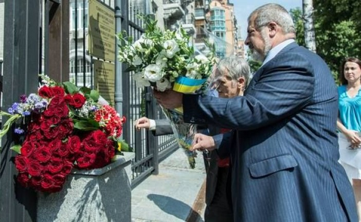 Kırım Tatar liderler Kiev Büyükelçiliği'nin önüne çiçek bıraktılar
