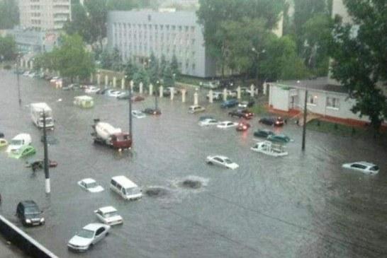 19'un yüzyıldan beri görülmeyen yağmur, 85 mm'lik yağış Odesa'da hayatı durdurdu (Video)