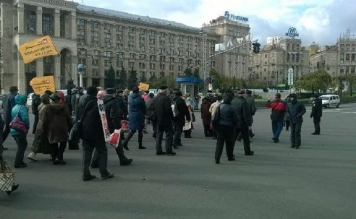 Paraları batan bankalarda kalan mudiler Kreşçatik Caddesi'ni trafiğe kapattı