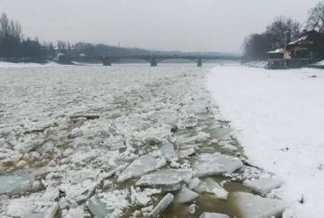 Karpatlardan inanılmaz görüntüler, buz akan Uj Nehri görenleri dehşete düşüyor (Video)