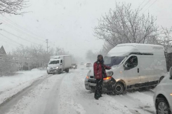 Ukrayna'ya kış geri geldi; yollar kapandı, bazı şehirlerde merkezi ısıtma sistemleri yeniden açıldı