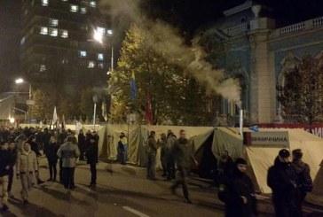Çadırlı protestolar yeniden başladı, parlamentonun karşısından şok görüntü