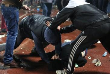 Ukrayna'da futbol taraftarları taşlı sopalı kavga etti (video)
