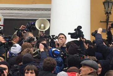 Kiev'de sıcak saatler, bulunduğu aracı çevreleyen kalabalık, Saakaşvili'yi serbest bıraktı
