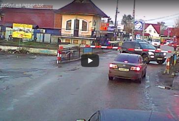 Faciaya ramak kala… Hemzemin geçitte sıkışan otomobil, son anda kurtuldu (video)