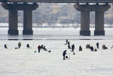 Foto hayat, buz tutan Dnyeper'de oltan atan balıkçılar