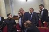 Görülmemiş olay, parlamentoya el bombası ile gelen milletvekili salondan çıkartıldı