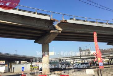 Kiev'deki köprülü kavşaktan parça koptu, trafik akmaya devam ediyor
