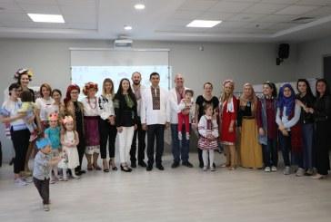 Bursa'da yaşayan Ukraynalılar Vışıvanka kermesi düzenledi, geliri kanser hastası Yana'ya bağışlanacak