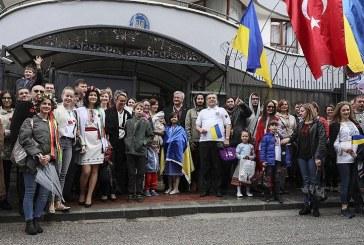 Ankara'nın sokakları rengarenk, Ukraynalılar Vışıvanka giyerek yürüdüler