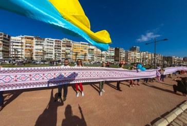 İzmir'de yaşayan Ukraynalılardan rekor, 52 metre uzunluğundaki Vişivanka büyük ilgi gördü