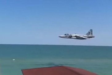 Ukraynalı pilottan Azak Denizi'nde alçak uçuş şovu (Video)