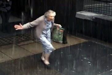 Dolandırıcılık ve evrakta sahtecilik suçlaması ile gözaltına alınan 71 yaşındaki nine, polisin elinden kaçtı