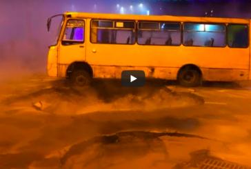 Kiev'de tanıdık manzara, asfalt çöktü, sıcak su borusu patladı, ünlü alışveriş merkezi sular altında