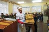 Sıra dışı bir sporcu, Türk rallici Ukraynalı askerler için düzenlene moral yemeğinde gönüllü aşçı oldu