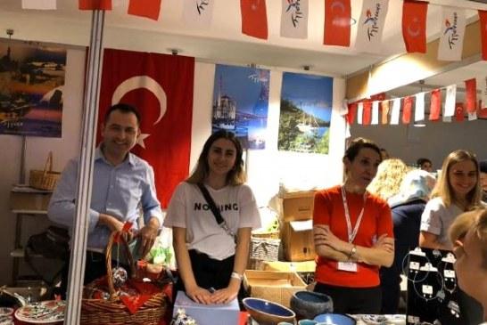Kiev'deki yardım etkinliğinde Türk rüzgarı, en fazla bağış Türkiye standında toplantı