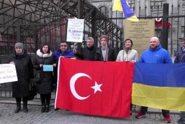 Ukrayna vatandaşlarından Kiev Büyükelçiliği önünde Türkiye'ye destek gösterisi